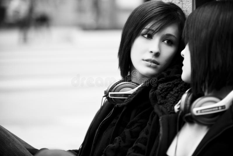 Meisje op spiegel royalty-vrije stock afbeeldingen