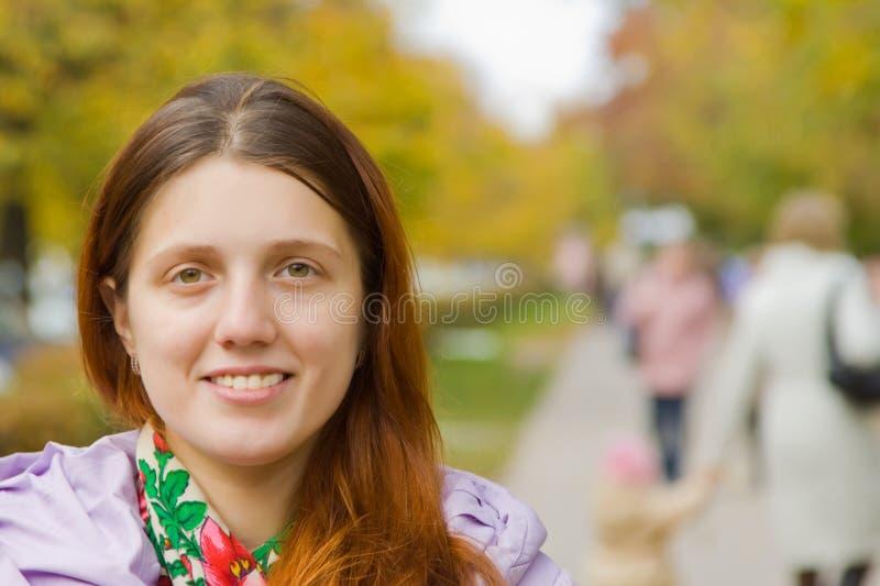 Meisje op stadsstraat in de herfst stock foto's