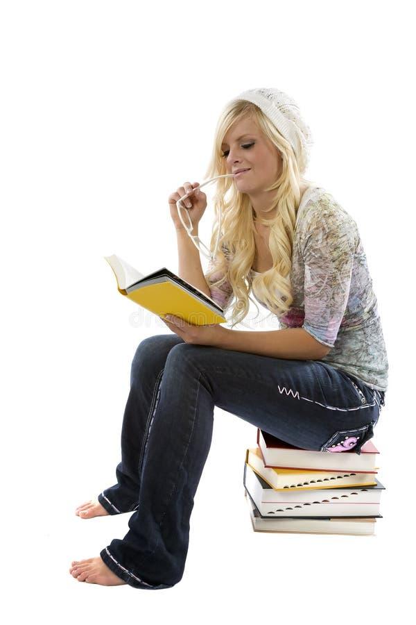 Meisje op stapel van boeken het lezen. royalty-vrije stock afbeeldingen