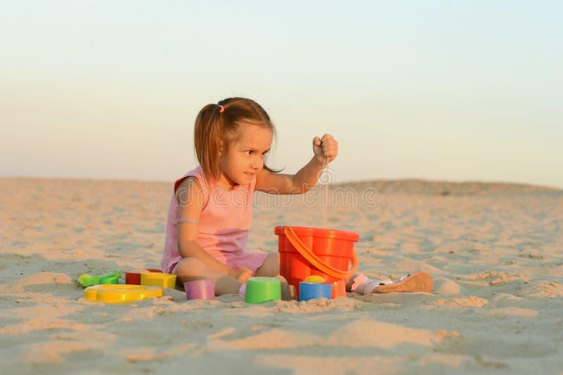 Meisje op strand royalty-vrije stock afbeelding