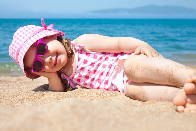 Download Meisje op strand stock afbeelding. Afbeelding bestaande uit mensen - 39101067
