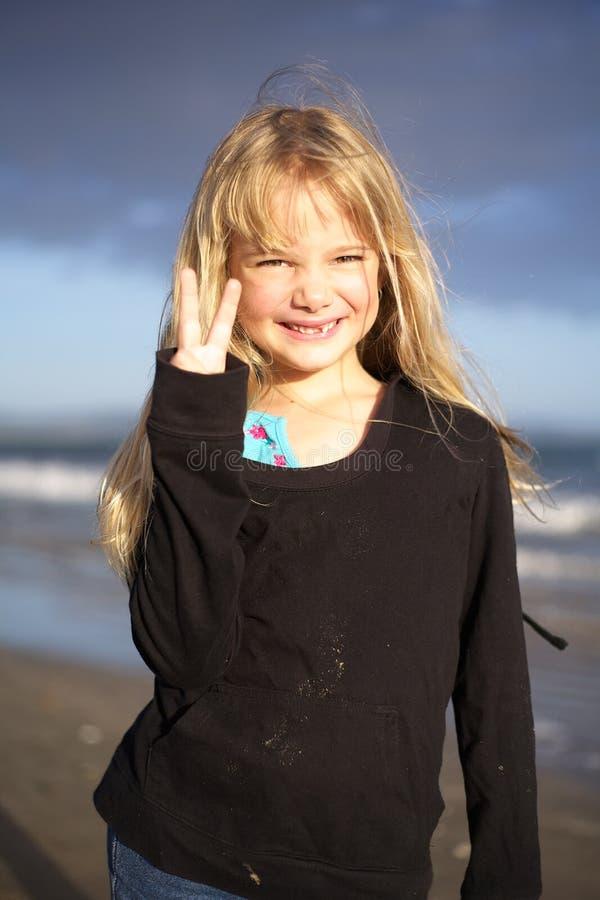 Meisje op strand bij zonsondergang royalty-vrije stock foto