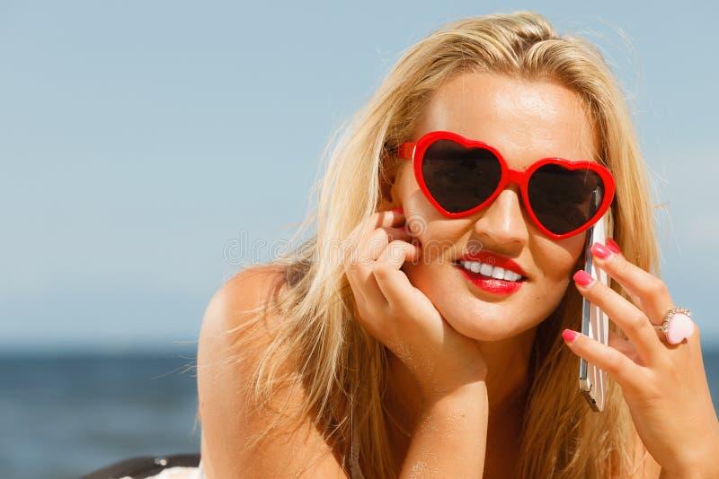 Meisje op strand met telefoon royalty-vrije stock fotografie