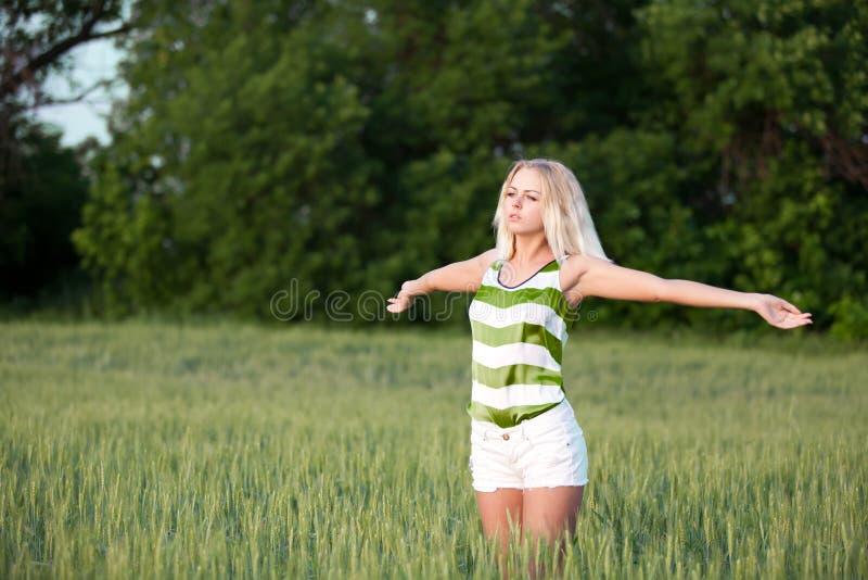 Meisje op tarwegebied royalty-vrije stock afbeeldingen
