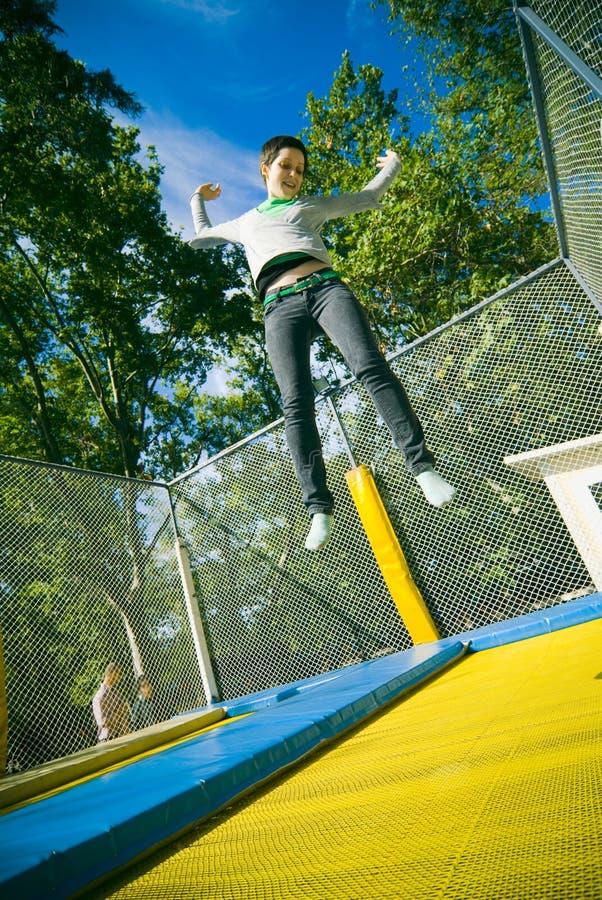 Meisje op trampoline stock afbeelding