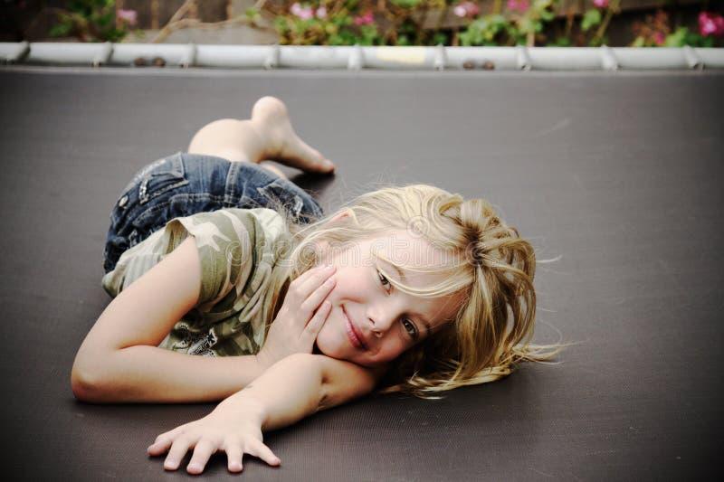 Meisje op trampoline, het glimlachen royalty-vrije stock afbeeldingen