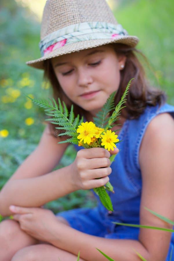 Meisje op wild bloemengebied stock fotografie