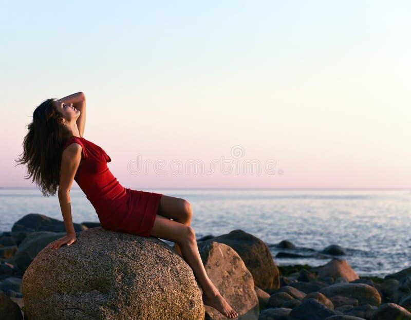 Meisje op zeekust stock foto's