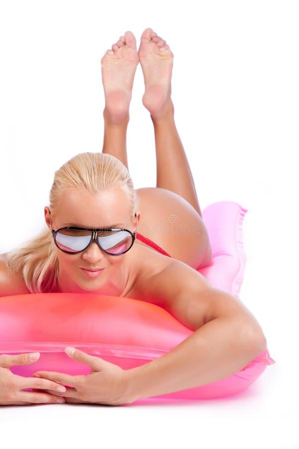 Meisje op zwemmende matras stock foto