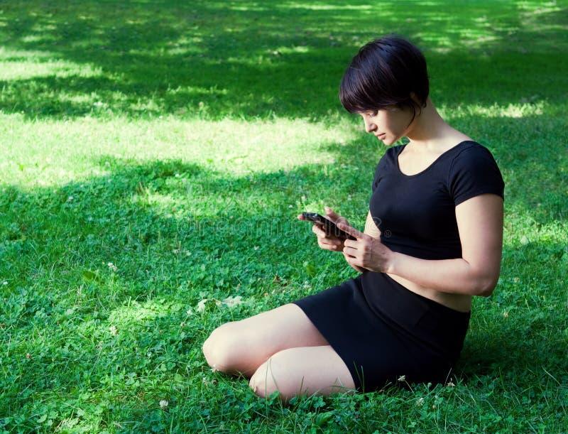 Meisje openlucht met telefoon stock afbeelding