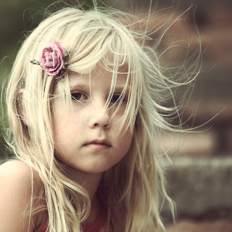 Meisje in openlucht, portret royalty-vrije stock afbeelding