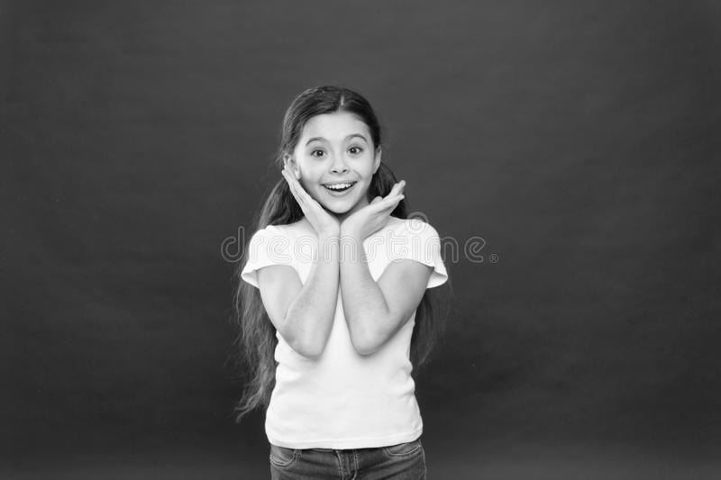 Meisje opgewekt het glimlachen gezicht Voelt het jong geitje gelukkige leuke gezicht opgewekte rode achtergrond Opwindende ogenbl stock afbeeldingen
