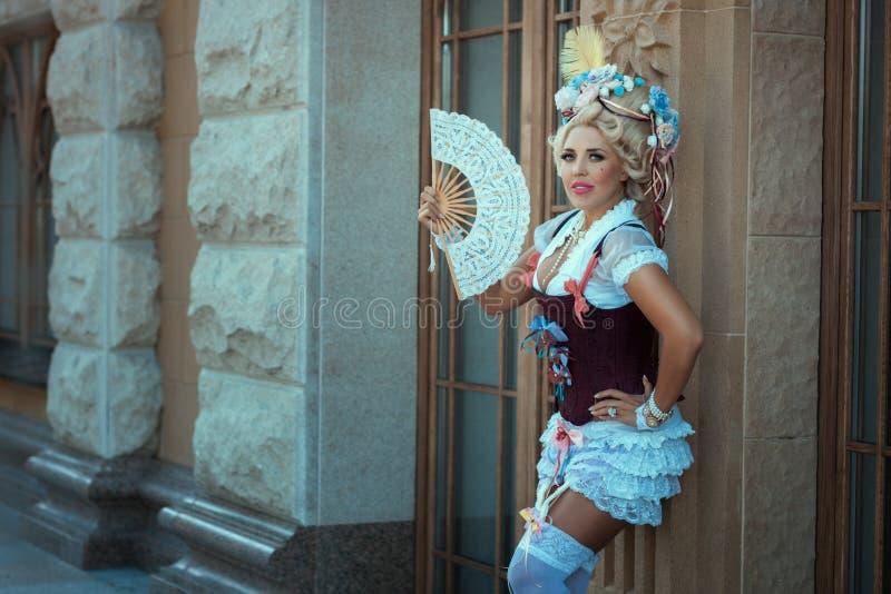 Meisje in oude kleren en uitstekend haar op zijn hoofd royalty-vrije stock afbeelding