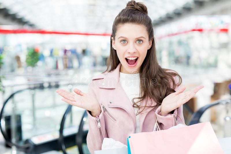 Meisje over het winkelen verkoop wordt opgewekt die royalty-vrije stock afbeeldingen