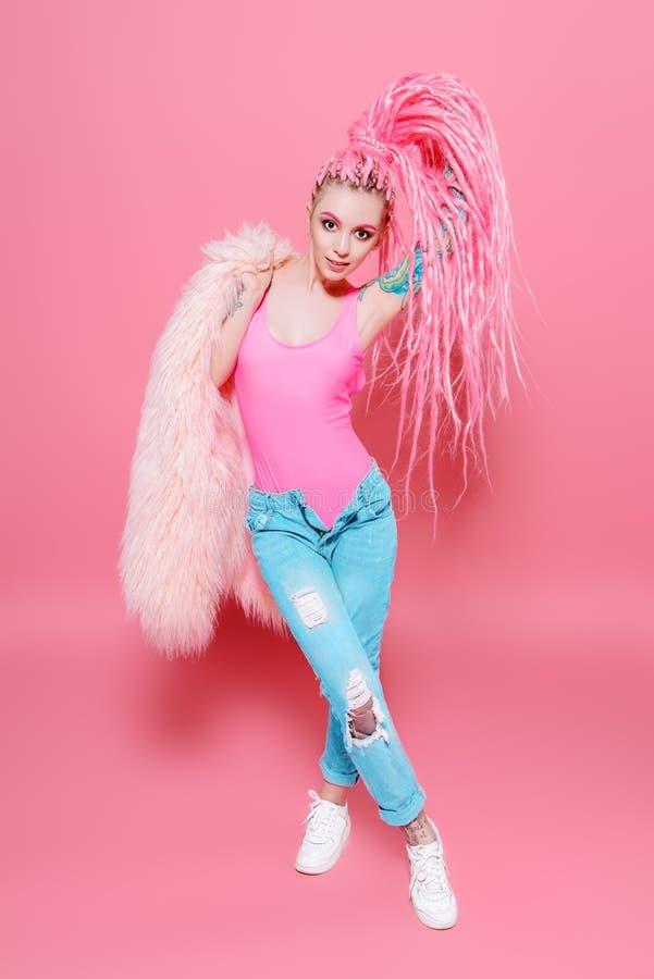 Meisje over roze royalty-vrije stock afbeelding