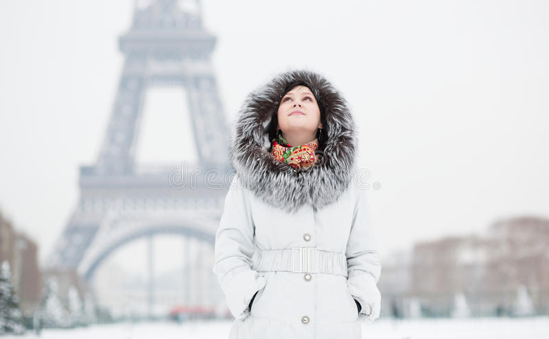 Meisje in Parijs op een de winterdag stock foto