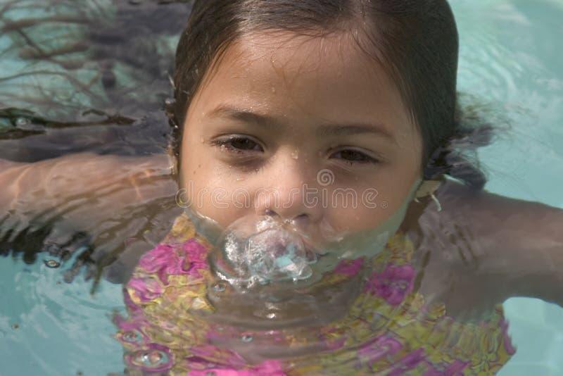 Meisje in pool stock foto
