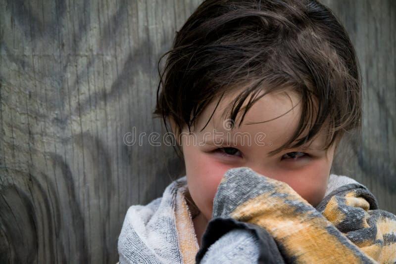Meisje in poolhanddoek die wordt verpakt royalty-vrije stock foto