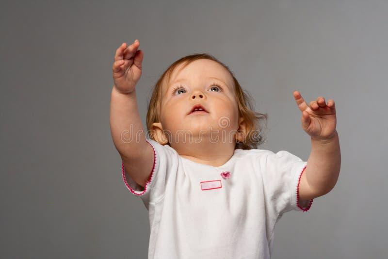 Meisje reachs uit haar handen. stock fotografie