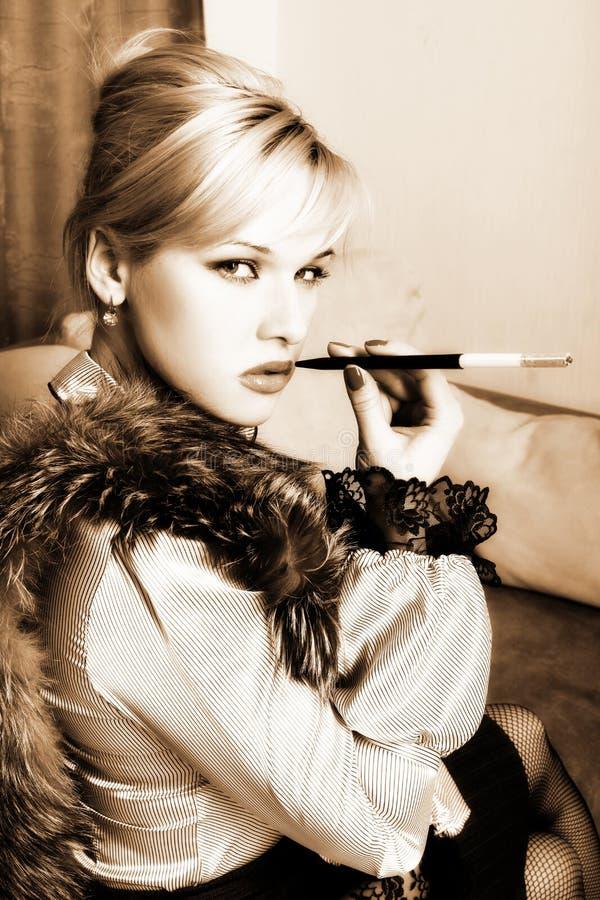 Meisje in retro stijl met sigaret royalty-vrije stock foto