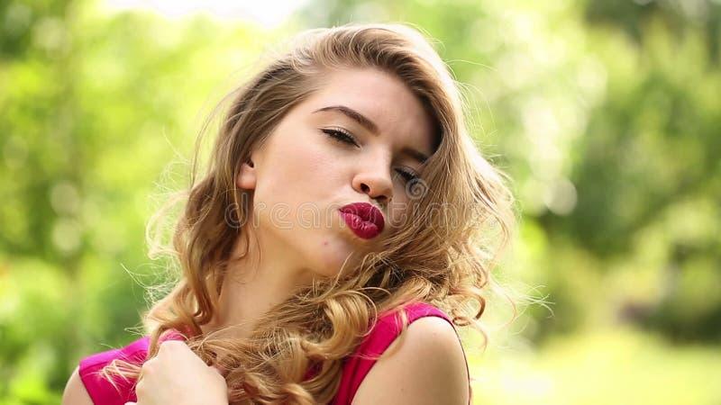 Meisje in rode kledingsflirts stock videobeelden