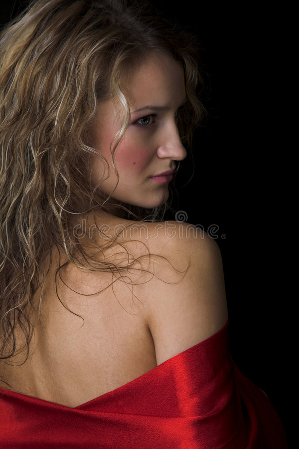 Meisje in rode zijde stock fotografie