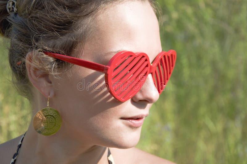 Meisje in rode zonnebril royalty-vrije stock foto's