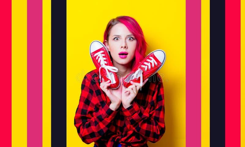 Meisje in rood geruit Schots wollen stofoverhemd en gumshoes stock afbeeldingen