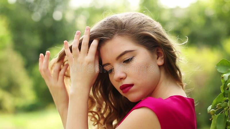 Meisje in rood kledingshaar stock footage