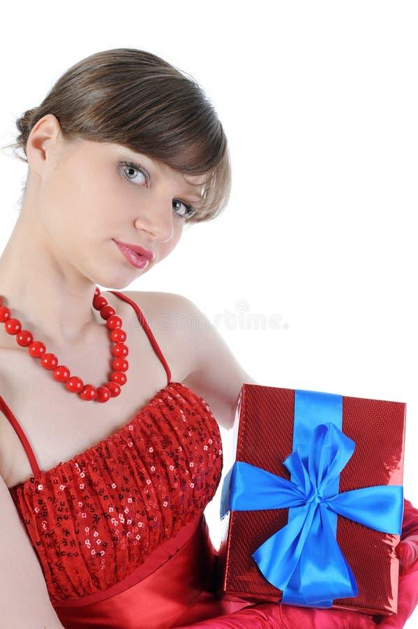 Meisje in rood met een giftdoos. stock afbeeldingen