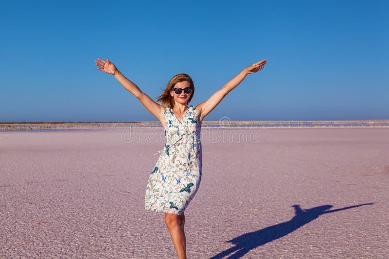 Meisje in Roze Salt Lake royalty-vrije stock foto's