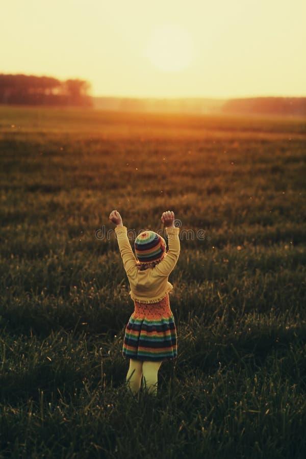 Meisje runnig aan de zonsondergang stock foto