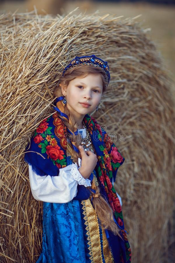 Meisje in Russisch kostuum op het gebied stock foto's