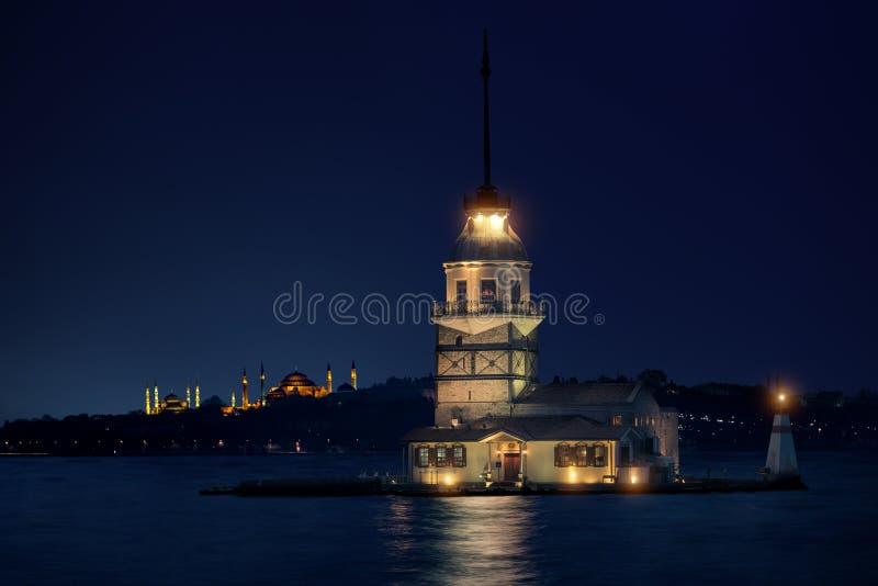 Meisje` s Toren in Istanboel bij nacht stock foto