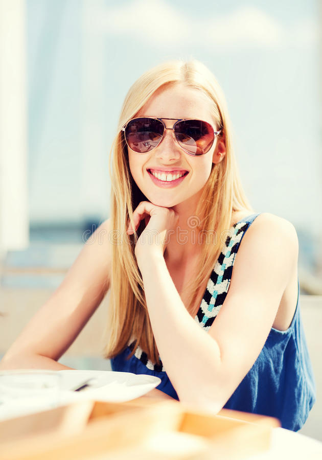 Meisje in schaduwen in koffie op het strand royalty-vrije stock foto's