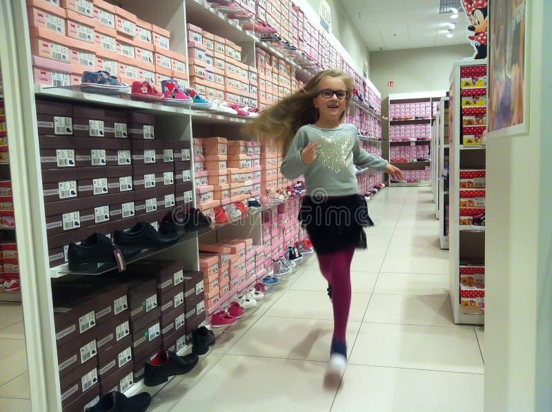Meisje in schoenwinkel royalty-vrije stock fotografie