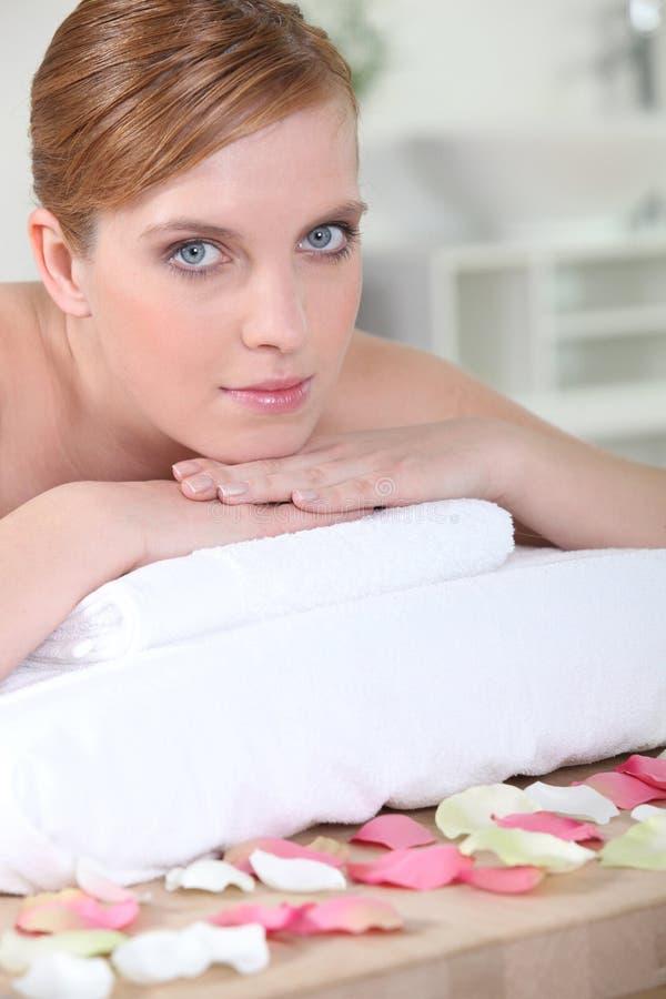 Meisje in schoonheidswoonkamer royalty-vrije stock afbeelding
