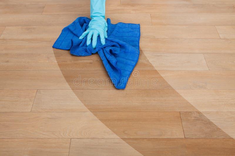 Meisje schoonmakende vloer stock afbeelding