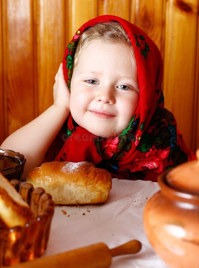 Meisje in sjaal met broodjes en honing royalty-vrije stock foto
