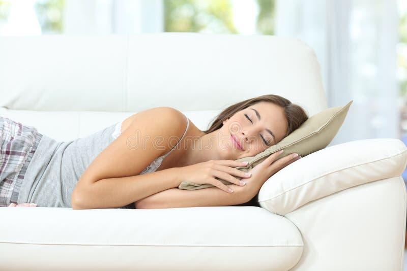 Meisje slaap of dutten gelukkig op een laag stock foto