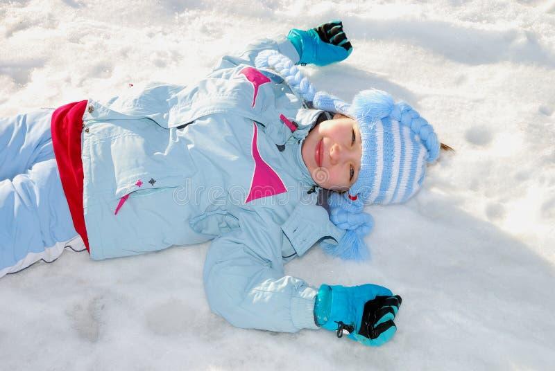 Meisje in sneeuw stock afbeelding