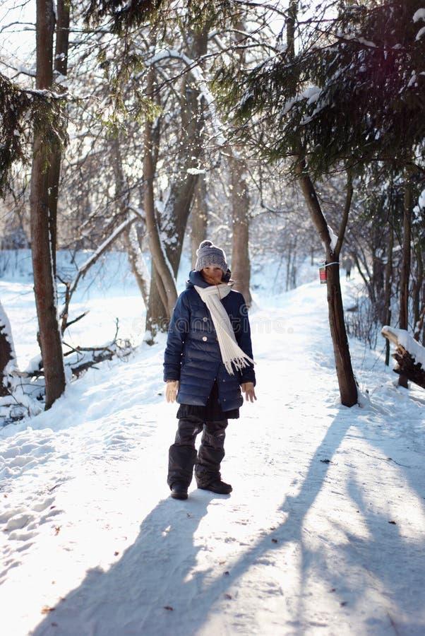 Meisje in sneeuwbos royalty-vrije stock afbeelding