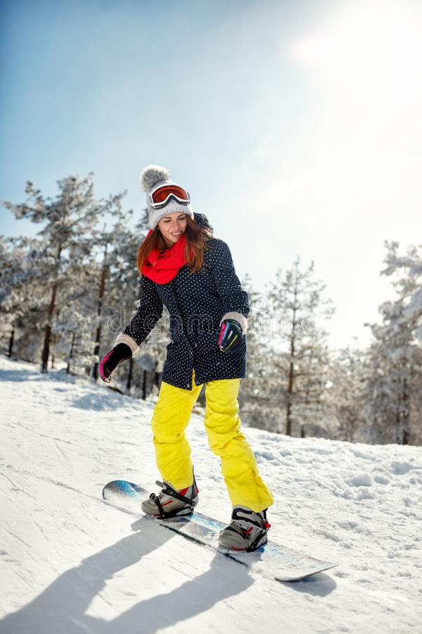 Download Meisje Snowboarder Op Berghelling, Skitoevlucht Stock Afbeelding - Afbeelding bestaande uit koude, kaukasisch: 107707297