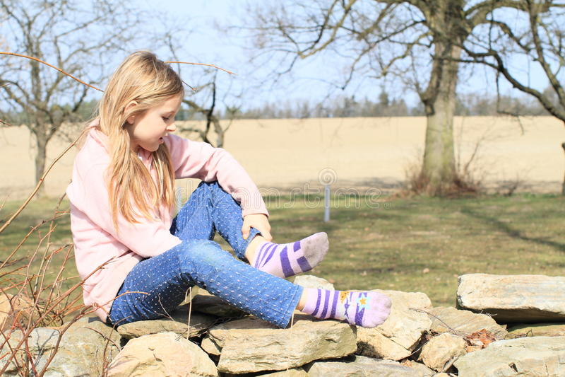 Meisje in sokken op muur stock afbeeldingen