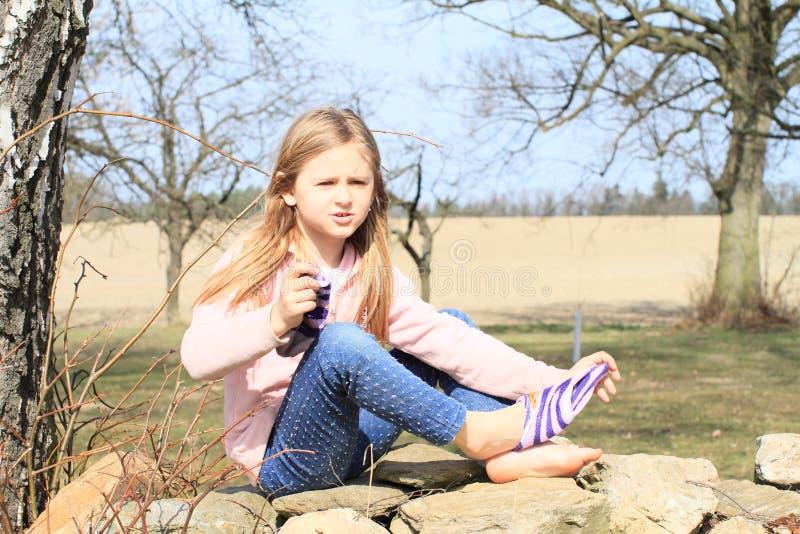 Meisje in sokken op muur royalty-vrije stock fotografie
