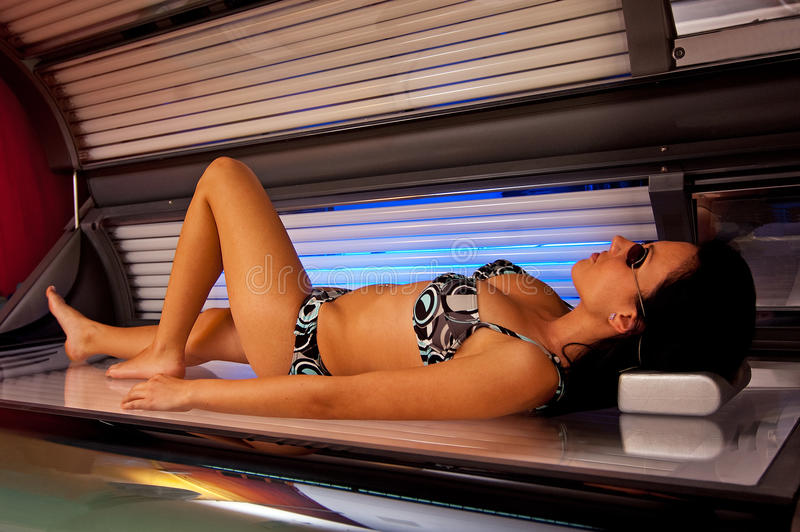 Meisje in solarium royalty-vrije stock foto
