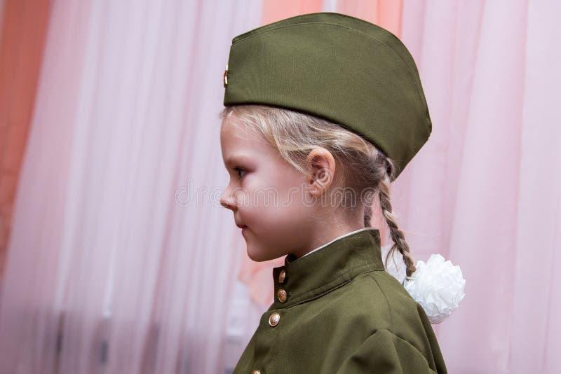 Meisje in Sovjet militair eenvormig en GLB royalty-vrije stock foto