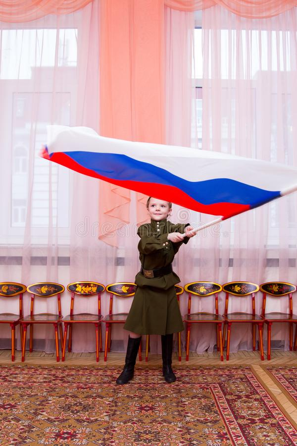Meisje in Sovjet militaire eenvormige golvende vlag stock afbeelding