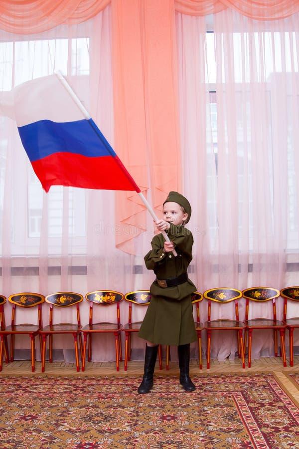 Meisje in Sovjet militaire eenvormige golvende vlag royalty-vrije stock foto's