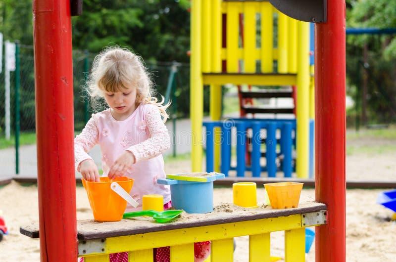 Download Meisje in speelplaats stock afbeelding. Afbeelding bestaande uit openlucht - 54085105